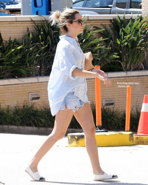 10/07/14: Ashley Tisdale repérée avec sa maman en train de faire du shopping à Beverly Hills