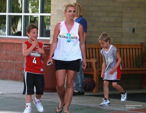 12/07/14: Britney Spears à amener ses fils et leurs amis au Basketball dans les rues de Calabasas