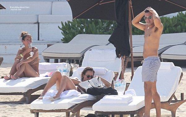 11/07/14: Jessica Alba et son mari Cash Warren aperçue en vacances sur une plage au Mexique
