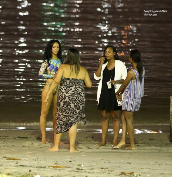 12/07/14: Rihanna a était photographié avec ses amies sur la plage à Rio de Janeiro au Brésil