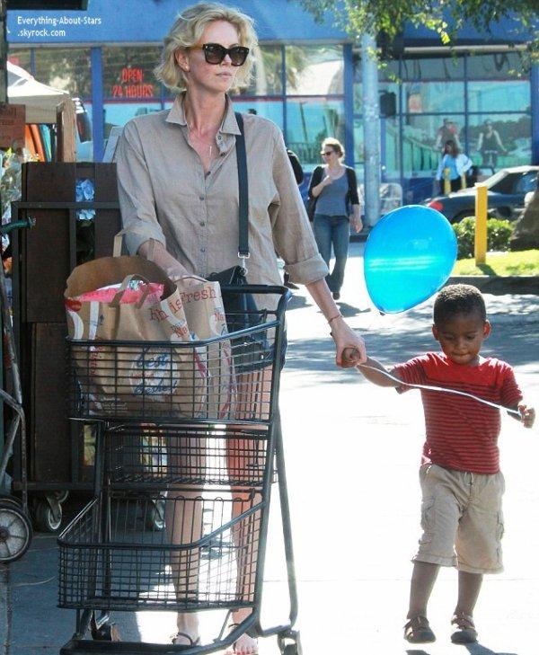 16/07/14: Charlize Theron a été repérée avec son fils Jackson allant faire des courses à Hollywood