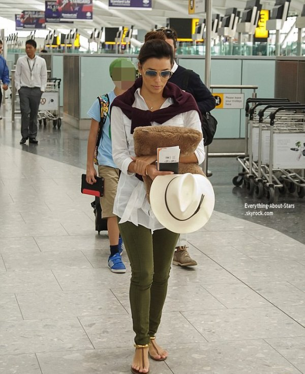 16/07/14: Eva Longoria et son boyfriend Jose Antonio Baston repérée à l'aéroport Heathrow à Londres