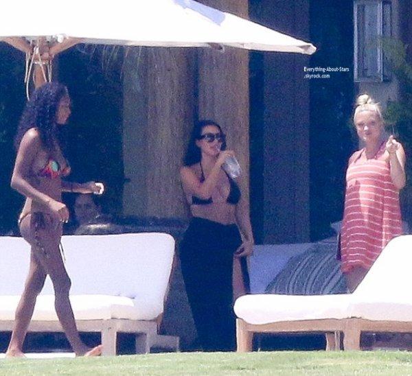 17/07/14: C'est toujours au Mexique, que Kim Kardashian a été aperçue en train de se détendre avec ses amies
