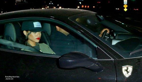 19/07/14: Rihanna a été aperçue hier soir au restaurant « Giorgio Baldi » avec son manager Jay Brown. La belle est arrivée avec ce dernier en Ferrari à Los Angeles