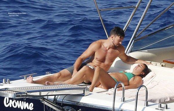 19/07/14: Lea Michele aperçue avec son boyfriend Matthew Paetz pendant leurs vacances sur un bateau à Positano en Italie