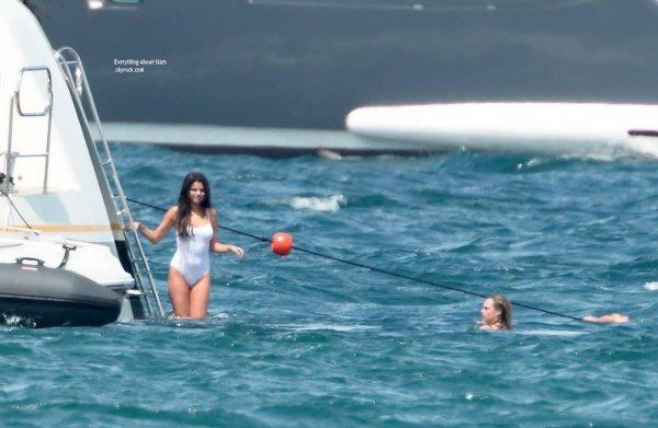 21/07/14: Selena Gomez met le cap à Saint-Tropez avec son amie Cara Delevingne pour son anniversaire