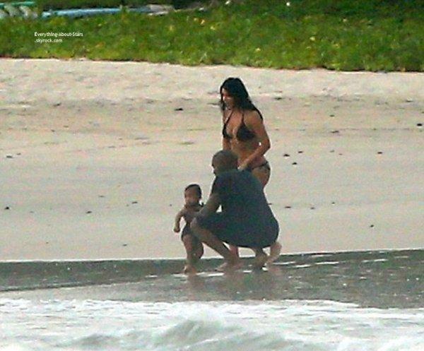 21/07/14: Kim Kardashian a été repérée en famille au bord de la mer prés de leur villa au Mexique