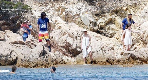 22/07/14: Cameron Diaz et son boyfriend Benji Madden aperçue toujours en vacances avec leurs amies en Sardaigne