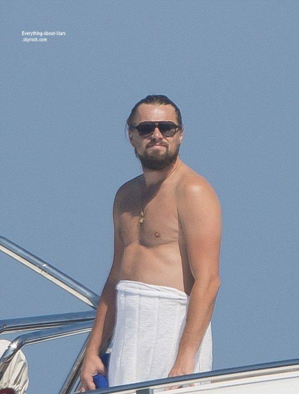 25/07/14: Leonardo Dicaprio, accompagné de sa girlfriend Toni Garrn, il se la coule douce sur son yacht à Saint Tropez