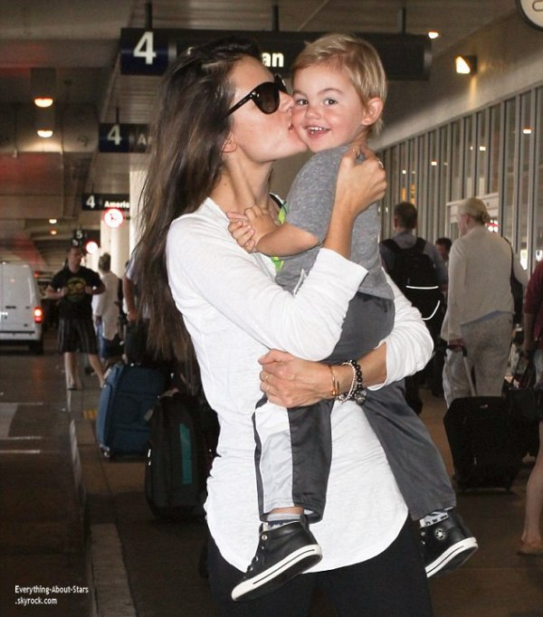 24/07/14: Moment de tendresse entre Alessandra Ambrosio et son fils Noah à l'aéroport de LAX à Los Angeles