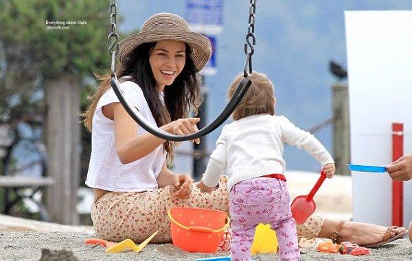23/07/14: Jenna Dewan-Tatum repérée avec sa fille Everly sur une plage en train de prendre du bon temps à Vancouver