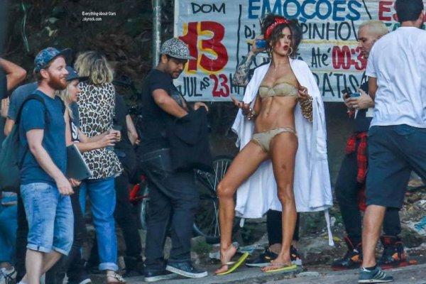 23/07/14: Alessandra Ambrosio aperçue en plein tournage photoshoot dans les rues de Rio de Janeiro au Brésil
