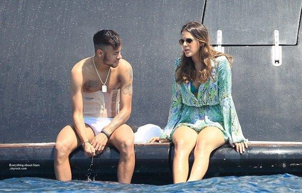 28/07/14:  Neymar et sa girlfriend Bruna Marquezine en vacances avec des amies sur un yacht à Ibiza