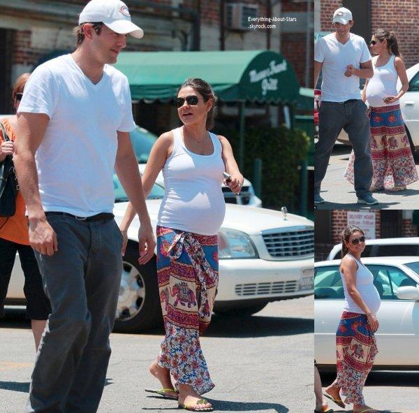 28/07/14: Mila Kunis repérée avec son fiancé Ashton Kutcher allant déjeuner à Hollywood