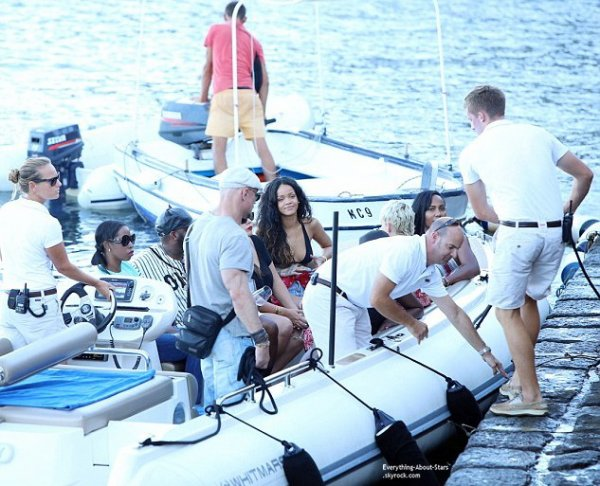 27/08/14: Riri aperçue en vacances à Capri avec quelques amies en Italie