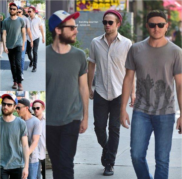 26/08/14: Robert Pattinson est allé dejeuner avec quelques amies dans les rues de New York City