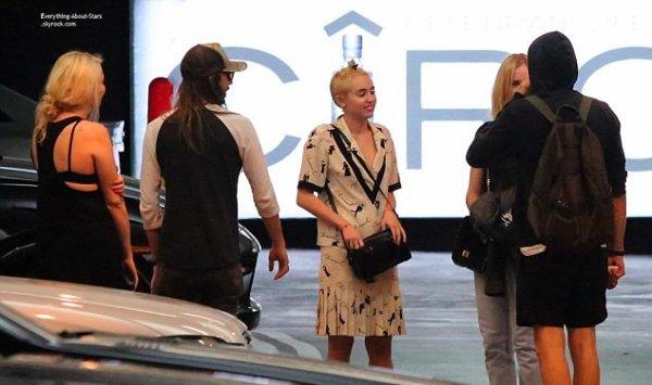 30/08/14: Miley Cyrus repérée avec quelques amies dont Douglas Booth (Acteur qui a joué dans LOL version USA) au Soho House Club à Los Angeles