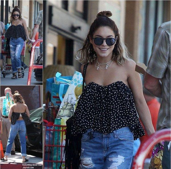 05/09/14: Vanessa Hudgens repérée souriante à la sortie d'un supermarché à LA