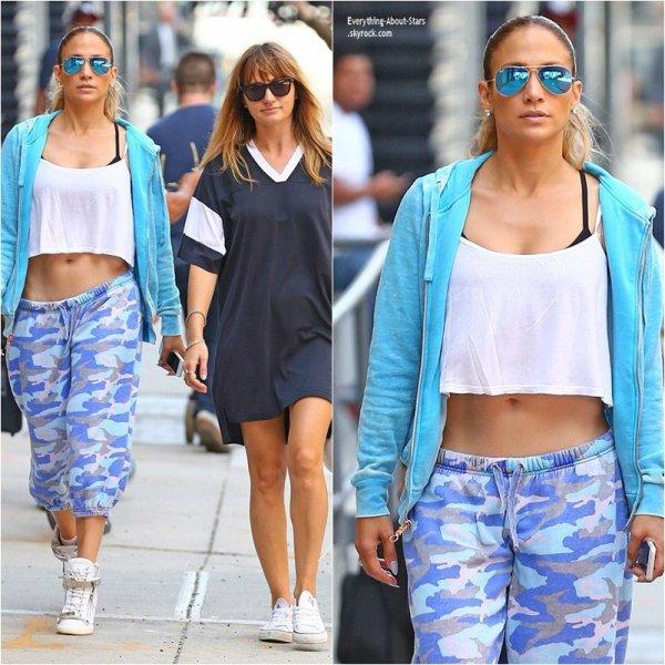 05/09/14: Jennifer Lopez s'est rendu à son cours de gym accompagné d'une amie dans les rues de New York City