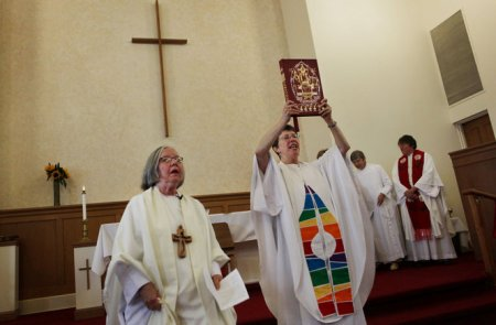 L'Église catholique aurait pu avoir des femmes prêtres
