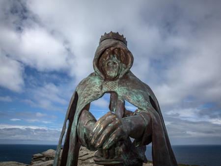 Une pierre couverte d'intrigantes écritures retrouvée à Tintagel ravive l'espoir sur l'existence du roi Arthur