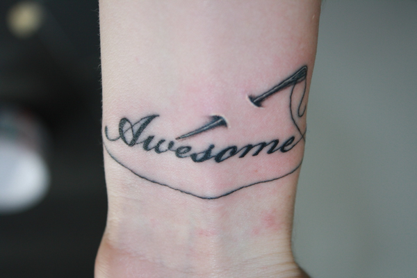 """La personne ayant ce tatouage explique: """"Pour me rappeler qu'en fait, je suis d'accord."""""""
