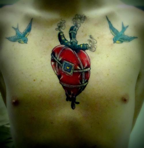 """La personne ayant ce tatouage explique: """"Mon tatouage est la restitution de """"The Wizard Of Oz's Tin Man's Heart"""". Pour moi, il représente mon enfance, et ce que cela signifie d'être jeune. C'est quelque chose que lorsque je serais un vieil homme, je vais regarder et dire les mots, «Mec, j'ai vraiment vécu»."""""""