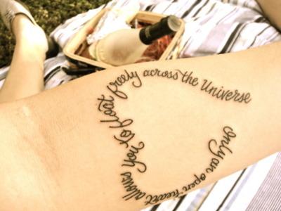 """La personne ayant ce tatouage explique: """"«Seul un coeur ouvert vous permet de flotter librement dans l'Univers»  c'est quelque chose que je resent  vraiment, c'est de garder mon c½ur ouvert et accueillant pour tous ceux avec qui je suis en contact. Je veux apprendre de tout le monde que je rencontre et je veux leur donner l'amour qu'ils méritent. Nous sommes tous connectés dans le monde et nous devons accepter et aimer les uns les autres afin de vraiment comprendre les profondeurs de la vie."""""""