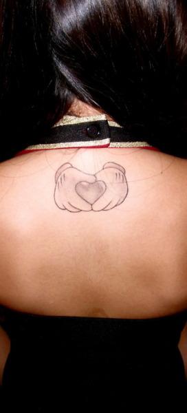 """La personne ayant ce tatouage explique: """"Mon tatouage représente les mains de Mickey formant un coeur. Quand j'étais plus jeune, mon père m'emmenais à DisneyLand, il n'y à plus de photo seulement mes souvenir. Je n'ai pas vu mon père depuis que j'ai 7 ans quand mes parents ont divorcé. En décembre dernier, mon père est décédé. Je n'ai jamais peut lui dire au revoir."""""""