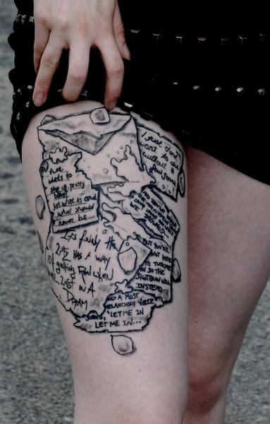 """La personne ayant ce tatouage explique: """"Voici une photo de mon tatouage jambe. Il n'a pas encore de couleur, mais j'ai conçu le tout. Il a des citations de  Led Zeppelin, Protest the Hero, Chuck Palahniuk, Melissa Prew&Dave Neri, and Wuthering Heights. Chaque citation reflète  une période dans ma vie."""""""