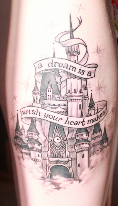 """La personne ayant ce tatouage explique: """"Il a fallu un peu moins de trois heures pour le faire. J'aime Disney depuis que je suis une petite fille, et mes voyages à Disney World ont été les plus heureuses expériences de ma vie. Je voulais garder un petit morceau de ça toujours avec moi. Premier tatouage :)"""""""