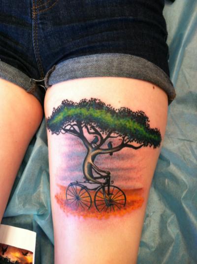 """La personne ayant ce tatouage explique: """"Pièce original de """"Monsoon"""" de Esao Andrews. Le groupe Circa Survive l'autiliser pour l'une de leur pochette d'album """"Juturna"""" Dès que j'ai vu cette image en 2007 j'ai tout de suite voulu me la faire tatouer. Pour moi, cette image symbolise le fait que rien n'est permanent. Vous pouvez surmonter tous les défis si vous avez la motivation pour. Avoir ce tatouage sur ma jambe est un rêve devenu réalité."""""""