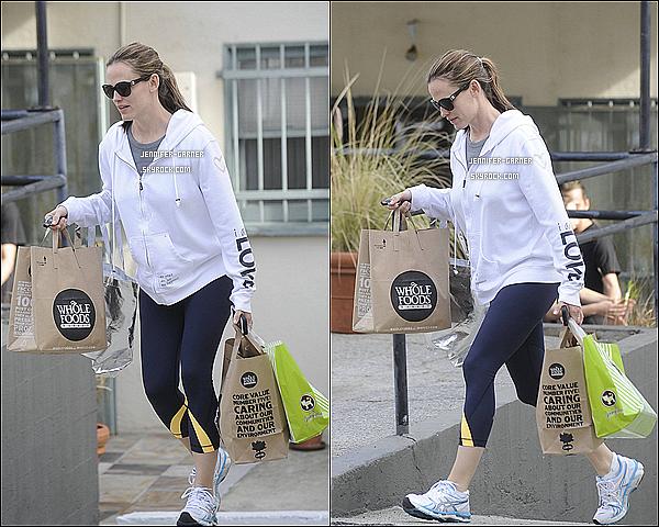 . 03/03/13 : Après avoir fait des courses, Jenn. emmenait Violet à une fête d'anniversaire à Santa Monica. .