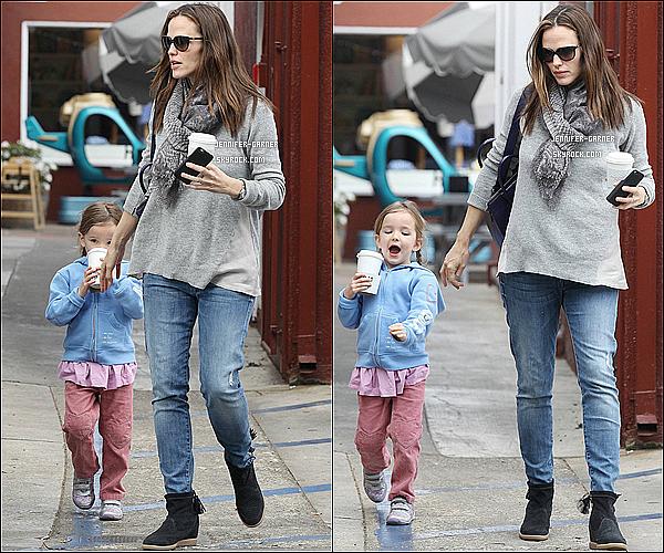 . 04/03/13 : Jennifer et sa petite puce Séraphina sont allées manger un bout au Brentwood Country Mart. .