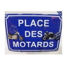 Pourquoi les belges mettent-ils un pyjama pour faire de la moto ?