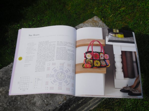 mon écharpe ( en cours de ) au tricotin et fleurs crochetées( modèle de cécile Franconie) et laines PHILDAR
