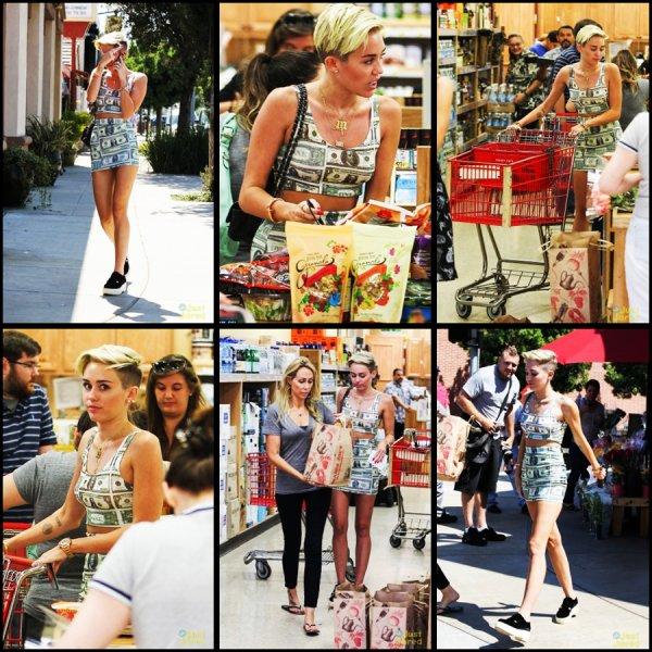 *  12.07.2013: Miley a été apercu avec sa mere chez Trader's Joe a Los Angeles!* Apres son court sejour au Canada on peut donc voir que Miley est revenue a L.A. Quant a sa tenue je suis pas super fan des motifs c'est un bof pour moi. D'apres sa dernière photo posté Vanessa serait a New York !