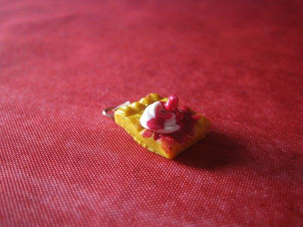 petite gauffre coulis a la fraise et chantilly