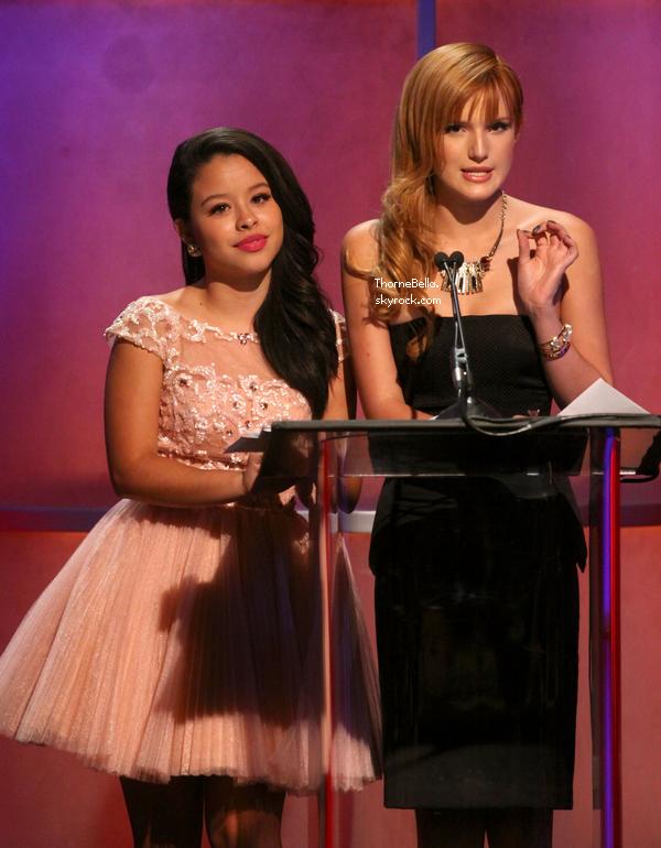 Nouvelles photos de Bella et Cierra présentant un prix au Imagen le 16 août 2013.