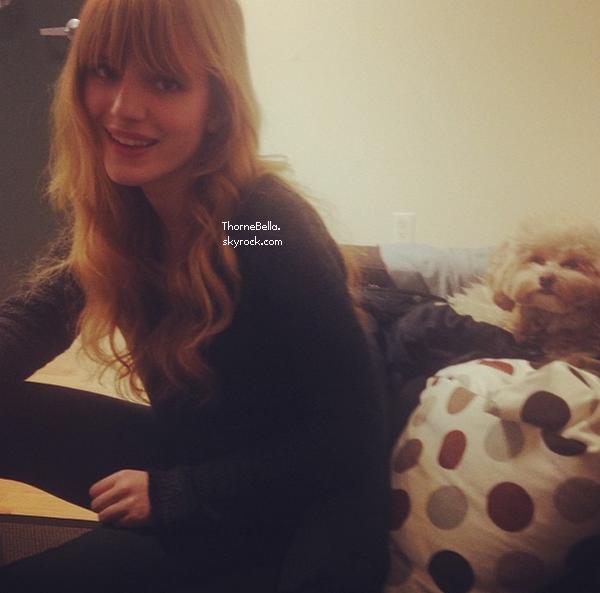 Bella déjeunant sur le tournage de Home Invasion le 26 novembre 2013.