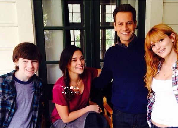 Bella et sa famille faisant du shopping pour Noel le 1 décembre 2013.