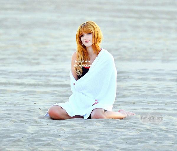Bella en tournage pour une campagne de sport à la plage de Santa Monica le 13 décembre 2013.