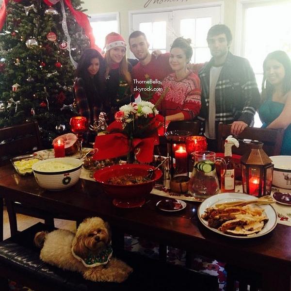 Bella et sa famille fêtant Noël le 25 décembre 2013.