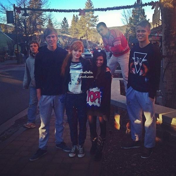 Bella, sa famille et ses amies passent des vacances d'hiver au Big Bear Lake Village le 26 décembre 2013.