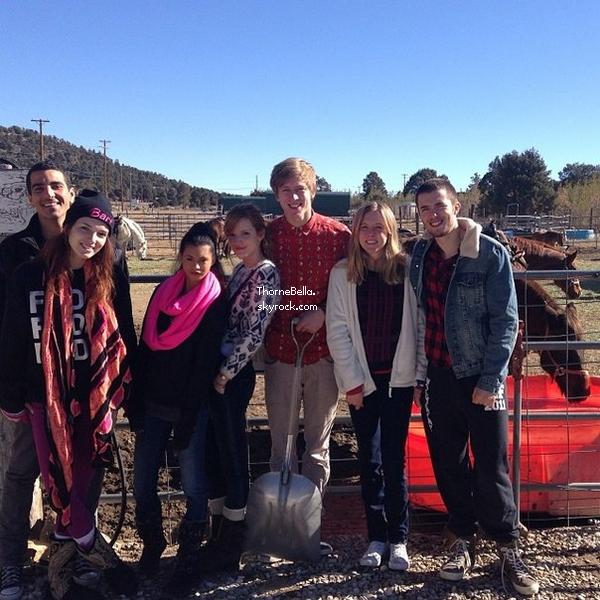 Nouvelles photos twitter de Bella, sa famille et ses amies à Big Bear Village le 30 décembre 2013.