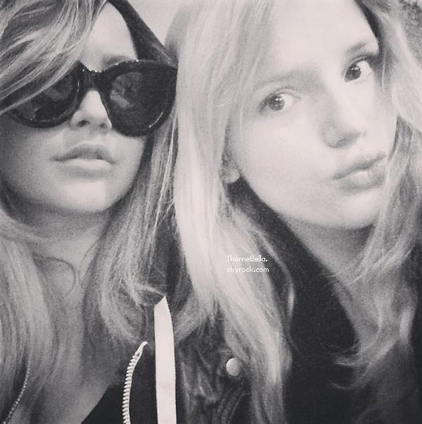 Bella et sa maquilleuse pendant les pauses du shoot pour Bulett Magazine le 18 janvier 2014.