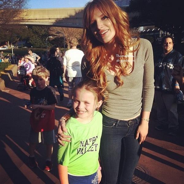 Bella et Ross sur le tournage de Danimals à Disney le 28 janvier 2014.