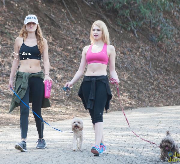 Bella et Claudia Lee ont été vu entrain de faire une randonnée le 7 mars 2014.