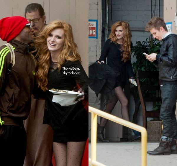 """Bella sur le tournage de """"Mostly Ghostly II"""" le 22 mars 2014 en après-midi."""