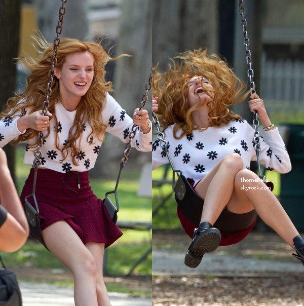 """Bella sur le tournage de """"Mostly Ghostly II"""" le 25 mars 2014."""